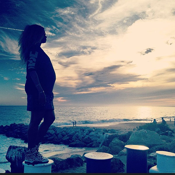 Ciara-shows-off-baby-belly